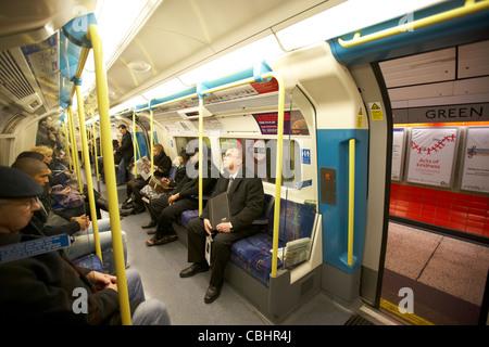 passengers on london underground tube train with doors open england united kingdom uk - Stock Photo