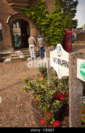 UK, England, Bedfordshire, Woburn, The Pitchings, village name sign amongst floral planters on old market place - Stock Photo