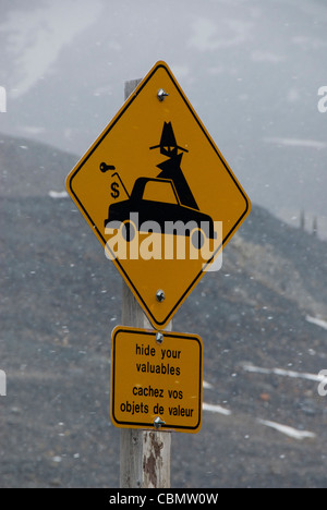 Sign warning of thieves in car park at Icefields centre, Icefields Parkway, Jasper, Alberta,Canada - Stock Photo