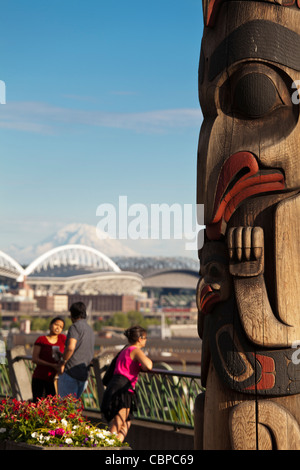 Woman photographing in Victor Steinbreuck Park, totem pole, Mt Rainier, Seattle, Washington, USA - Stock Photo