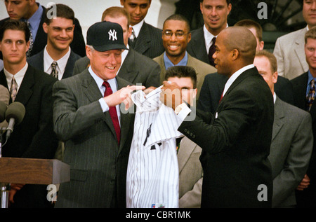 President Bill Clinton, wearing a New York Yankees baseball cap accepts a NY Yankees jersey from pitcher Orlando - Stock Photo