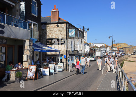 Seafront promenade with holidaymakers in popular seaside resort. Wharf Road, St Ives, Cornwall, England, UK, Britain. - Stock Photo