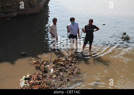 Workers unclogg river of pollution and debris from funerary ceremonies at Pashupatinath, Kathmandhu - Stock Photo
