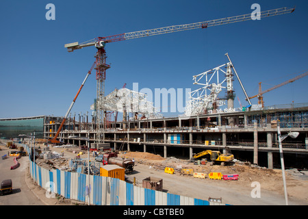 India's growing economy - construction of new terminal and shopping complex at Chattrapati Shivaji International - Stock Photo