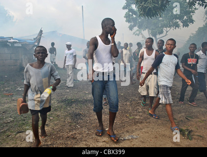 Supporters of Julius Maada Bio's SLPP torch the headquarters of Pres. Koroma's APC party ahead of 2012 elections - Stock Photo