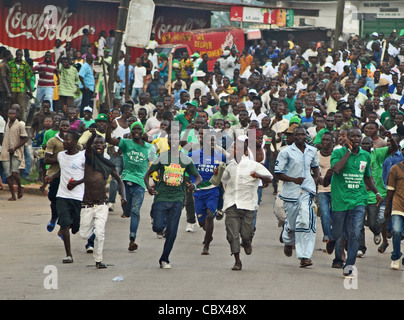 Supporters of Julius Maada Bio's SLPP rampage through the streets of Bo, Sierra Leone, in political violence at - Stock Photo