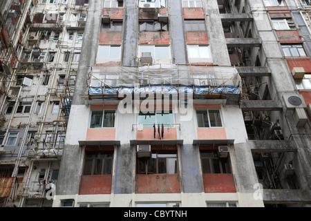 bamboo scaffolding on hong kong high rise hi density apartments hksar china asia - Stock Photo
