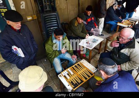 Israeli people play shesh besh, Backgammon in Mahane Yehuda Market, Jerusalem, Israel. - Stock Photo