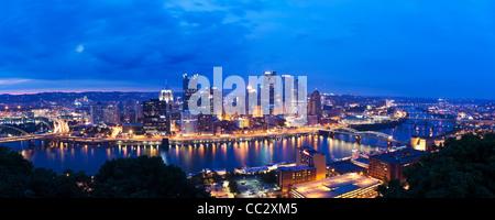 USA, Pennsylvania, Pittsburgh, Skyline at dusk - Stock Photo