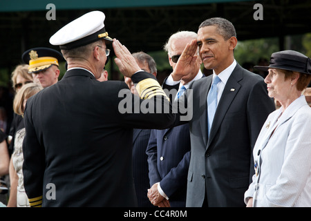 President  Obama salutes Admiral Mike Mullen, Chairman of the Joint Chiefs of Staff, during the Armed Forces farewell - Stock Photo
