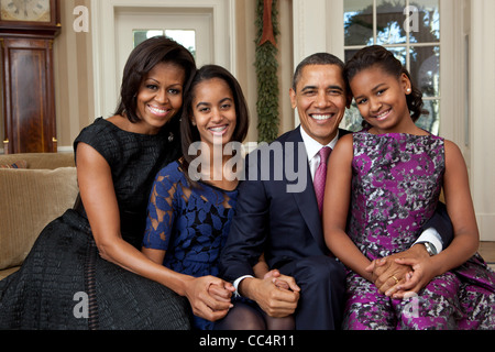 President Barack Obama, First Lady Michelle Obama, and daughters, Sasha and Malia, sit for a family portrait in - Stock Photo