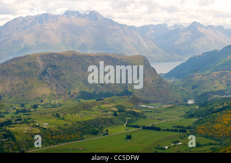 View from Coronet Peak looking over the Dalefield valley towards Arthurs Point  and Queenstown at the end of the - Stock Photo