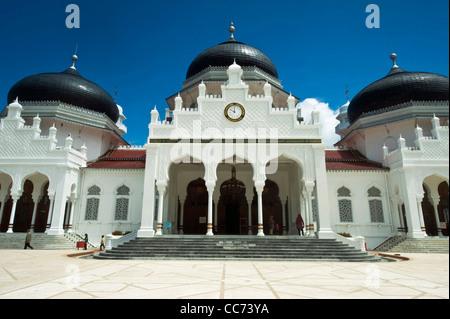 Indonesia, Sumatra, Banda Aceh, Baiturrahman Grand Mosque (Mesjid Raya Baiturrahman) against blue sky - Stock Photo
