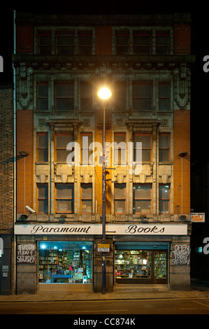 Night time second-hand bookshop, Paramount Book Exchange, located on Shudehill in Manchester city centre. - Stock Photo