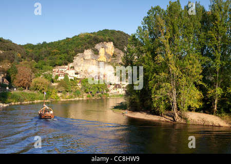 Late afternoon light on the River Dordogne, Aquitaine, France, as a gabarre, or river boat, approaches La Roque - Stock Photo