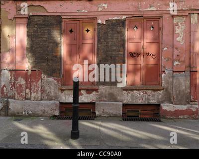 Facia of a dilapidated building on Princelet St, Spitalfields, London, England. - Stock Photo