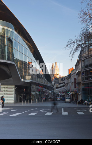Looking down the side of the Vinci conference centre in Tours towards the cathedral of Saint Gatien. - Stock Photo