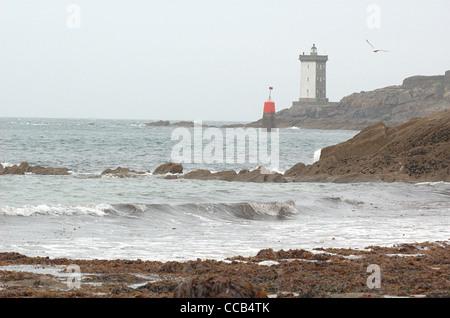 Le Conquet beach and Kermorvan lighthouse (Phare de Kermorvan). Finistère, Bretagne, France. - Stock Photo