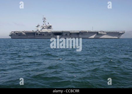 Nimitz class aircraft carrier USS Carl Vinson (CVN 70) enters San Francisco Bay. - Stock Photo