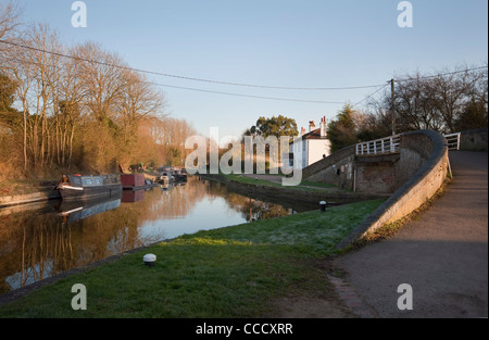 Footbridge over the Wendover Arm of the Grand Union Canal at Bulbourne Junction, Herts, UK - Stock Photo