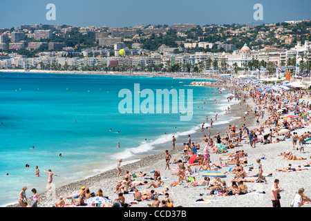 The beach and waters of the Baie des Anges (Bay of Angels) in Nice on the Mediterranean coast in southern France. - Stock Photo