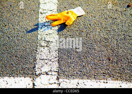 Stilleben,Stillleben,Arbeit,Arbeitshandschuh,Pflaster,Parkplatz,Markierungen,gelb,Linear,Linien,weiss,ipad,filigran,Detailliert - Stock Photo