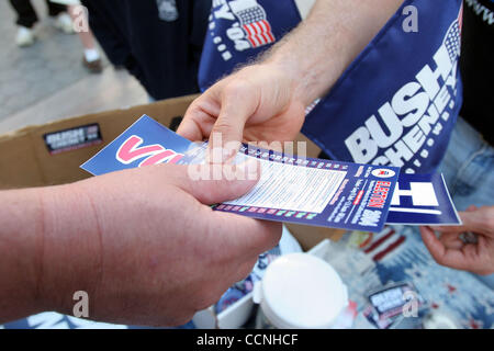 Oct 24, 2004; Santa Monica, CA, USA; Supporters of Presidential candidates John Kerry and George W. Bush worked - Stock Photo
