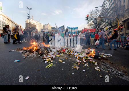 Oct 21, 2010 - Buenos Aires, Argentina - Protesters light trash on fire while blocking 9 de Julio as marchers converge - Stock Photo