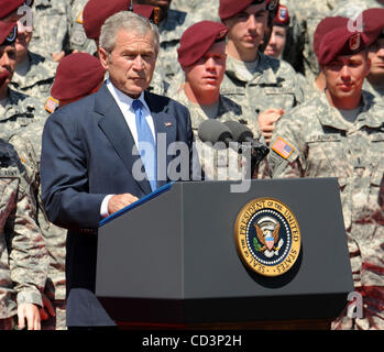 May 22, 2008 - Fort Bragg, North Carolina; USA - President George W. Bush visits with United States Army Soldiers - Stock Photo