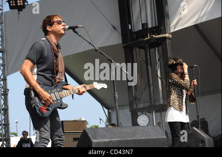 Aug 1, 2008 - Chicago, Illinois, USA - (L-R) Guitarist JAMIE 'HOTEL' HINCE and Singer ALISON 'W' MOSSHART of the - Stock Photo