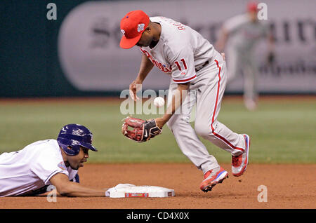 Oct 23, 2008 - St. Petersburg, Florida, USA - CLIFF FLOYD dives back to second ahead of the throw to Rollins in - Stock Photo