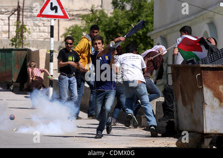 Apr 15, 2011 - Ramallah, West Bank, Palestinian Territory - Palestinian and foreign demonstrators run away from - Stock Photo