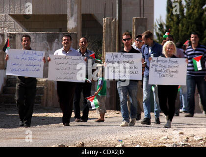 Oct. 28, 2011 - Nablus, West Bank, Palestinian Territory - Palestinian and forgein protesters hold placards in front - Stock Photo