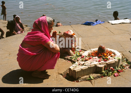 SNS 82818 : indian woman praying to God shiva linga ; india - Stock Photo
