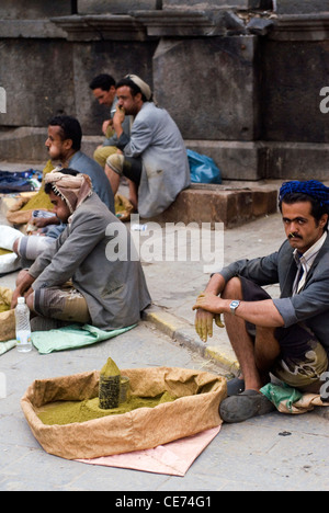 Stallholders in the old city of Sana'a, a UNESCO World Heritage Site, Yemen, Western Asia, Arabian Peninsula. - Stock Photo