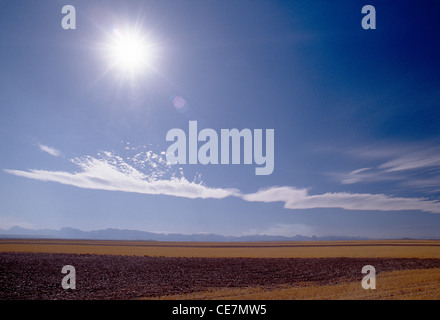 RANCH FIELDS, SKY, ROCKY MOUNTAINS VIEWED FROM 90 MILES NW GREAT FALLS, MONTANA - Stock Photo