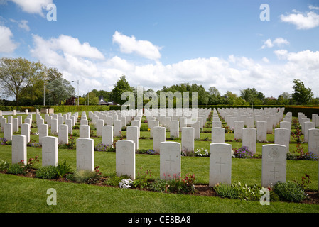 Graves in the Bayeux War Cemetery - The British War Cemetery at Bayeux, Normandy, France. Commonwealth war graves. - Stock Photo