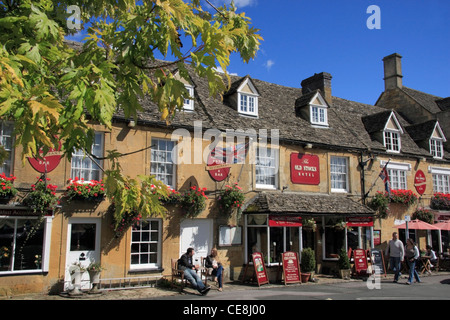 The Old Stocks Inn and Restaurant, Stow on the Wold, in the Cotswolds. - Stock Photo