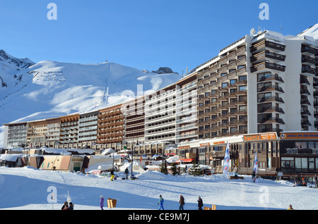 Flats, shops, apartments, hotels, ski resort, Skiers, Tignes le Lac, Vanoise Nature Park, Savoire, Rhone-Alpes, - Stock Photo