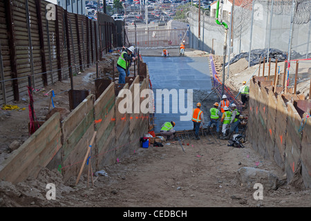 San Ysidro, California - Construction workers build a new pedestrian border crossing between the San Ysidro and - Stock Photo