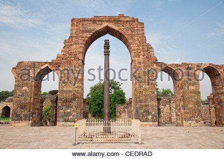 Iron pillar, Qutb Complex, Mehrauli Archaeological Park ...
