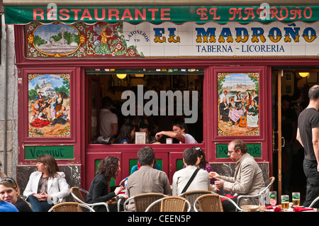 Al fresco dining outside one of Madrid's traditional  tavernas and tapas bars. South of the Plaza Mayor, central - Stock Photo
