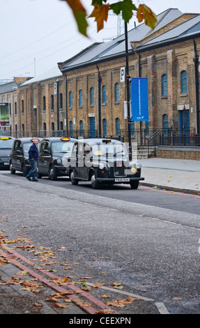London: London taxi - cab - queue waiting for passengers. - Stock Photo