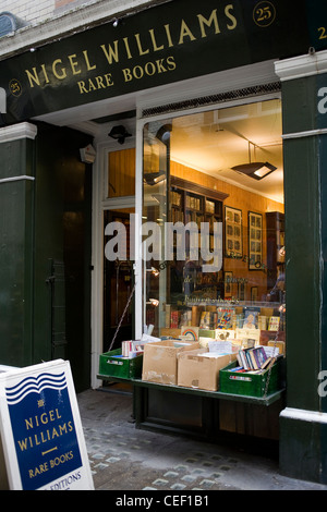 Nigel Williams bookshop in Charing Cross where he sells rare books. - Stock Photo