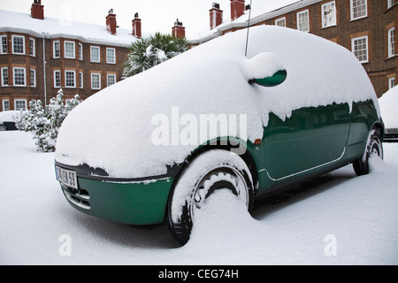 Thick snow on a car in London - Stock Photo