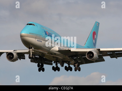 Commercial air travel. Close-up view of a Korean Air Boeing 747-400 on final approach - Stock Photo