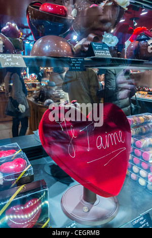Paris, France, French Chocolatier Shop, 'Maison Georges Larnicol', pastries, Chocolate Heart in WIndow display on - Stock Photo