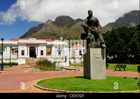 Statue of Jan Christian Smuts in Company's Garden with National Gallery in background, Cape Town, Western Cape, - Stock Photo