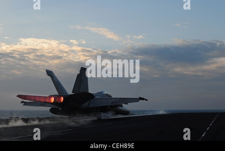 An F/A-18E Super Hornet assigned to the Kestrels of Strike Fighter Squadron (VFA) 137 launches from the flight deck - Stock Photo