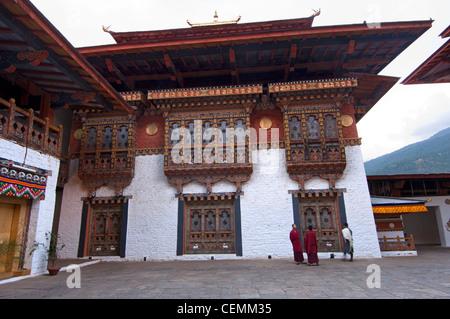 Bhuddist monks in the Assembly Hall courtyard of the fortress Phunaka Dzong or Punthang Dechen Phodrang Dzong, Phunaka, - Stock Photo